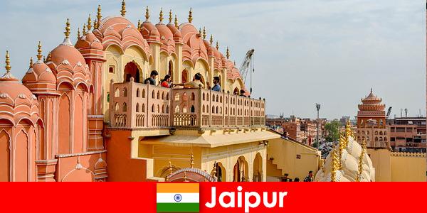 Istana yang mengesankan dan fashion terbaru menemukan turis di Jaipur dari India