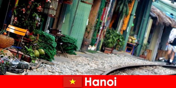 Hanoi adalah ibu kota Vietnam yang menarik dengan jalan-jalan sempit dan trem