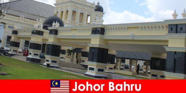 Johor Bahru kota di pelabuhan menarik tidak hanya orang percaya ke masjid tua tetapi juga wisatawan