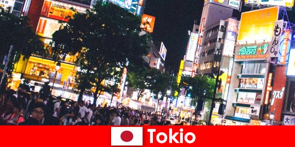 Tokyo kehidupan malam yang sempurna bagi wisatawan di kota neon cahaya berkedip-kedip