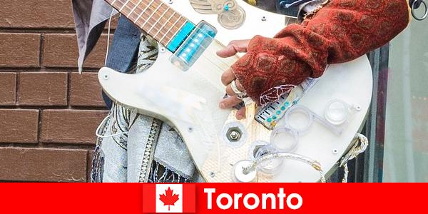 Orang asing menyukai Toronto karena kosmopolitanismenya untuk adegan musik dari semua budaya