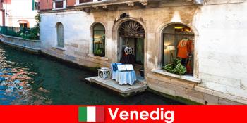 Pengalaman perjalanan murni untuk wisatawan belanja di kota tua Venesia di Italia