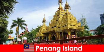 Pengalaman terbaik untuk wisatawan mancanegara di kompleks candi Pulau Penang