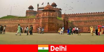 Kehidupan berdenyut di Delhi India untuk pelancong budaya dari seluruh dunia