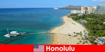 Destinasi khas untuk relaksasi wisatawan di tepi laut adalah Honolulu Amerika Serikat