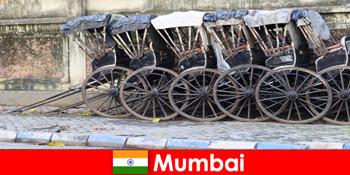 Mumbai di India menawarkan wahana becak melalui jalan-jalan penuh untuk pelancong