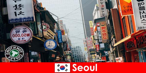 Seoul di Korea kota lampu dan iklan yang menarik untuk turis malam