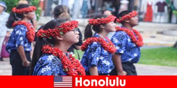Tamu asing menyukai pertukaran budaya dengan penduduk lokal di Honolulu Amerika Serikat