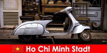 Ho Chi Minh City Vietnam menawarkan tur yang dipel wisatawan melalui jalan-jalan yang ramai