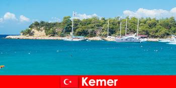 Tur perahu dan pesta panas untuk wisatawan muda di Kemer Turki