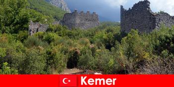 Studi perjalanan ke reruntuhan kuno ke Kemer Turki untuk penjelajah