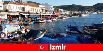 Pelancong aktif bolak-balik antara kota dan pantai di Izmir Turki