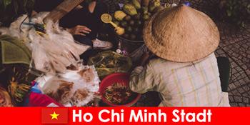 Orang asing mencoba berbagai kedai makanan di Ho Chi Minh City Vietnam