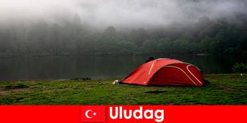 Berkemah liburan bersama keluarga di hutan Uludag Turki