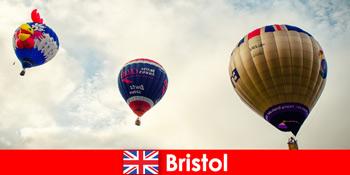 Liburan untuk turis pemberani untuk naik balon di atas Bristol England