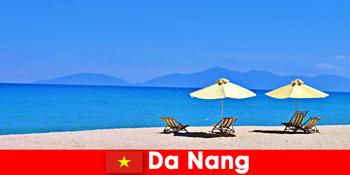 Turis paket bersantai di pantai biru di Da Nang Vietnam