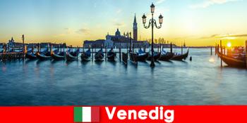 Bulan madu romantis untuk pasangan ke kota terapung Venesia Italia